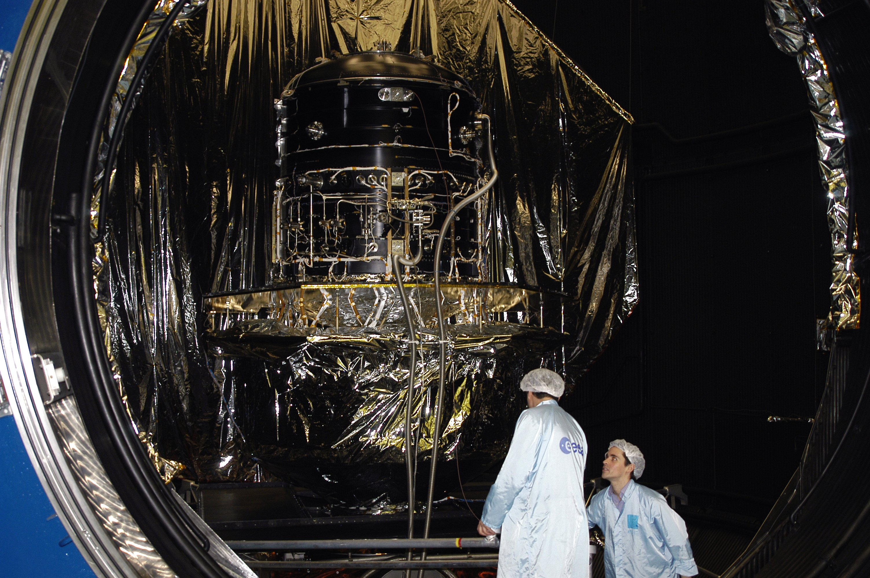 1567217925039-Herschel-cryostat_leaving-LSS.JPG